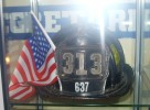 Capacete :: Capacete utilizado por um bombeiro nas operações de socorro após o ataque às torres gémeas, em Nova Iorque (2001)
